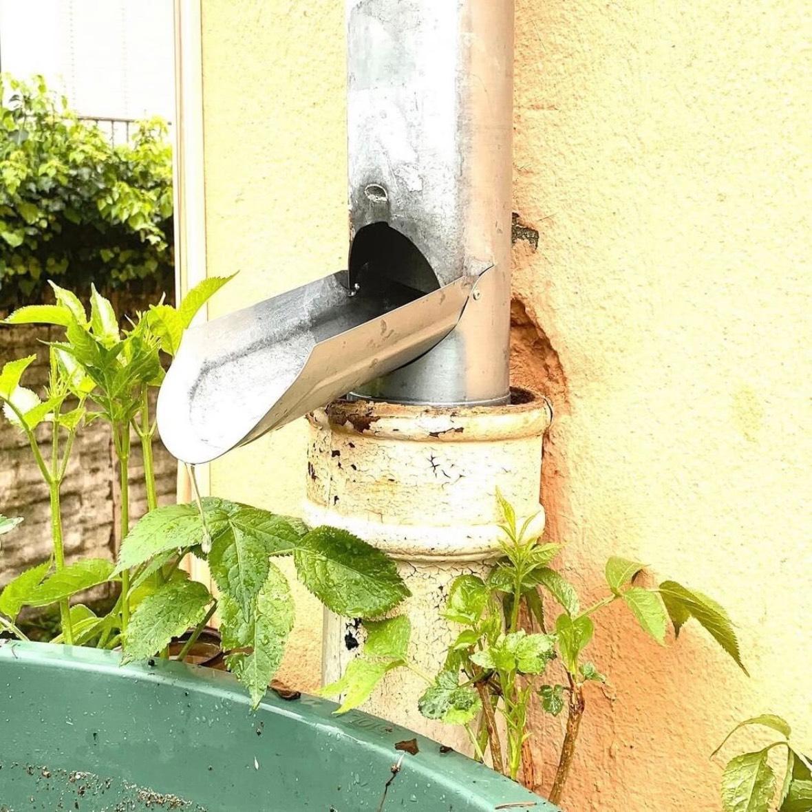 Wasser sparen mit Öffnung in Regenrohr